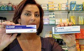 Majitelka jedné zpařížských lékáren ukazuje vakcíny proti chřipce, foto: ČTK