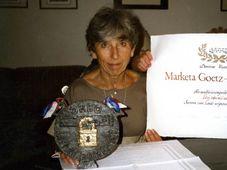 Markéta Götz Stankiewicz s Řádem české knihy, foto: Československé dokumentační středisko
