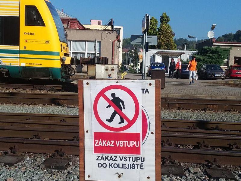 """Warnschild """"Betreten der Gleise verboten"""" (Foto: Archiv der tschechischen Polizei)"""