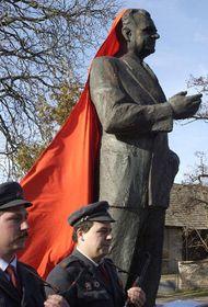 Бронзовая статуя Клемента Готвальда в деревеньке Збожичко (Фото: ЧТК)