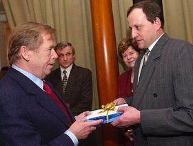 Václav Havel se starostou obce Kameničky, Zdeňkem Dřevíkovským, Foto: ČTK
