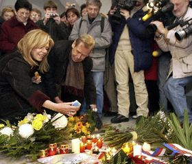 Vaclav Havel and his wife laid flowers, photo: CTK