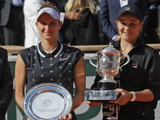 Markéta Vondroušová et Ashleigh Barty, photo: ČTK/AP Photo/Michel Euler