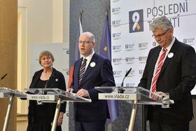Předseda vlády Bohuslav Sobotka (uprostřed), ministr zdravotnictví Miloslav Ludvík (vpravo) apředsedkyně Společnosti pro léčbu závislosti na tabáku Eva Králíková, foto: ČTK