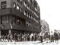 La construction des barricades devant le bâtiment de la Radio tchèque, photo: Archives de ČRo