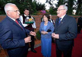 Český prezident Václav Klaus vítá slovenského prezidenta Ivana Gašparoviče (vpravo), foto: ČTK
