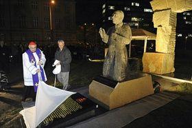 Cardinal Miloslav Vlk unveils the statue, photo: CTK