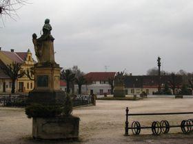 Miletínské náměstí - zleva: Erbenův pomník, socha sv. Jiří a korintský sloup