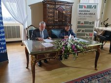 Ondřej Černý a Michael Žantovský podepisují memorandum o spolupráci Českých center a Knihovny Václava Havla, foto: Dominika Bernáthová