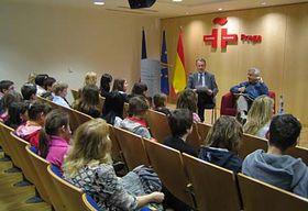 Antonio R. Almodóvar en el Instituto Cervantes, con niños checos