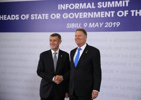Andrej Babiš (links) beim EU-Gipfel in Sibiu (Foto: ČTK / AP / Vadim Ghirda)