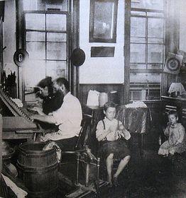 Čeští krajané při domácí výrobě doutníků, fotografie pochází zroku 1890