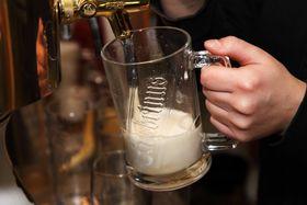 Bier zapfen - čepovat pivo (Foto: PublicDomainPictures, Pixabay / CC0)