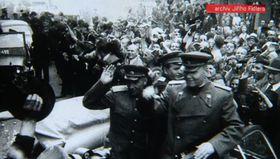 Прагу маршал Конев не освобождал. Немецкая армия подписала капитуляцию до появления советских войск, сдалась лидерам Пражского восстания (Фото: Чешское телевидение)