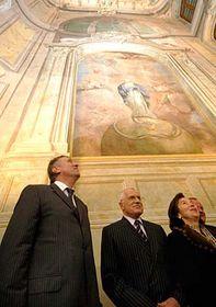 Václav Klaus (uprostřed) schotí Livií apředseda vlády Mirek Topolánek (vlevo) vnově otevřeném Rožmberském paláci, foto: ČTK