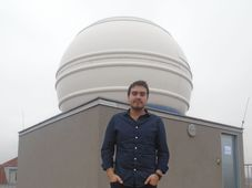 Mauricio Cabezas junto al telescopio del Instituto de Astronomía de la Academia de Ciencias, foto: Ana Briceño
