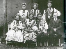 Hochzeitsgäste Moravské kopanice vor 1950 (Foto: Archiv des Comenius-Museums)