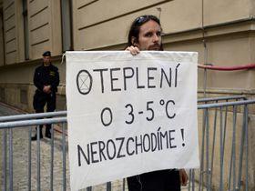Protest před začátkem jednání uhelné komise, foto: ČTK / Roman Vondrouš