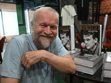 L'écrivain Jan Novák avec la biographique Kundera : Český život a doba, photo: ČTK/Igor Zehl