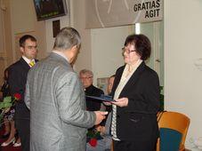 Karel Schwarzenberg předává cenu Gratias agit Lence Janotové, foto: Archiv Radia Praha