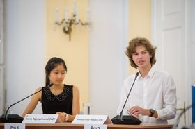 Jana Nguyenová und Yarema-Luka Yeleyko (Foto: Vladimír Šimíček, Archiv des Wettbewerbes Jugend debattiert)