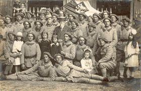 Les soldats du 22e régiment posant au Palais Royal, 1918. Photo: BDIC. F ∆ 2048, association Rovnost