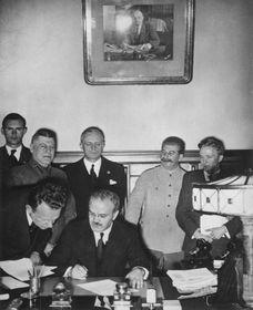 Подписание Первого пакта Молотова – Риббентропа, фото: Wikimedia Commons, открытый источник