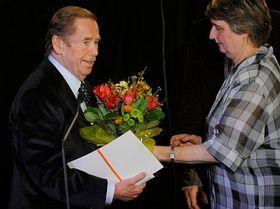 Václav Havel převzal zrukou Anny Freimanové cenu vkategorii hra roku za inscenaci Odcházení, foto: ČTK