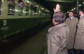 Botschaftsflüchtlinge 1989 im Zug (Foto: ZDF)