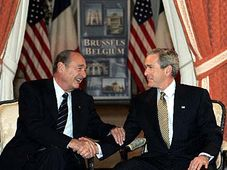 Presidente estadounidense, George Bush y su homólogo francés, Jacques Chirac (Foto: CTK)