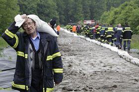 Feuerwehr verstärkt die Morava-Dämme bei Hodonín (Foto: ČTK)