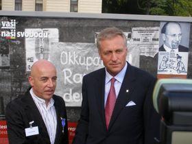 Premier Mirek Topolánek (rechts) mit Toni Krahl (Foto: Martina Stejskalová)