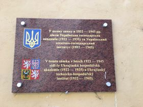Мемориальная доска на стене замка Подебрады, фото: Катерина Айзпурвит
