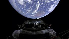 Elektromobil Tesla Roadster sfigurínou se vydal na cestu sluneční soustavou, foto: ČTK