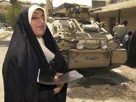 Irácká žena opouští vojenskou nemocnici v Basře, kde byla ukázat 27. dubna lékařům z české 7. polní nemocnice své rentgenové snímky, Foto: CTK