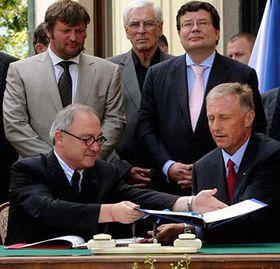 Mirek Topolánek (vpředu vpravo) agenerální ředitel ESA Jean-Jacques Dordain (vpředu vlevo), foto: ČTK