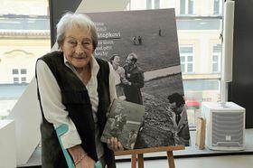 Dana Zátopková avec le livre 'Dana et Emil Zátopek – Notre vie sous les cinq anneaux', photo: Archives d'ASC Dukla