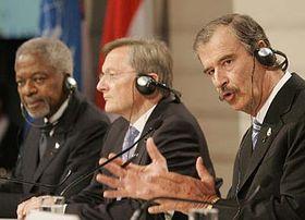 De la izquierda: Cofi Annan, Wolfgang Schussel y Vicente Fox en Viena (Foto: CTK)