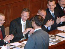 Председатель бюджетной комиссии Мирослав Калоусек сообщает главе правительства Владимиру Шпидле результаты голосования (Фото: ЧТК)