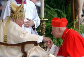 El Papa Juan Pablo II con el nuevo cardenal checo Tomás Spidlík, foto: CTK