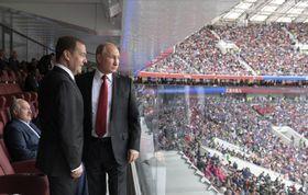 Дмитрий Медведев и Владимир Путин на ЧМ-2018 по футболу, фото: ЧТК / Алексей Дружинин, Спутник, Kremlin Pool Photo via AP
