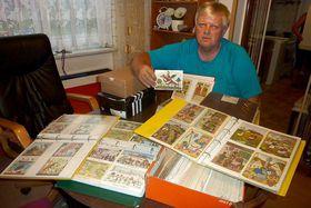Alois Urbánek se svou sbírkou pohlednic, foto: Muzeum rekordů akuriozit