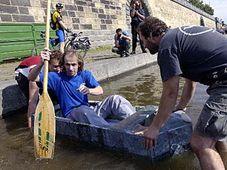 Jan Řeřicha (uprostřed) na mramorové loďce, foto: ČTK
