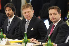 Члены словацкого правительства. Слева: Роберт Калиньяк, Роберт Фицо, Петер Кажимир (Фото: ЧТК)
