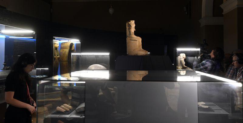 Exponáty na výstavě, která představuje jednoho znejznámějších egyptských faraonů Tutanchamona. Vedle archeologických artefaktů se její návštěvníci mohou sposmrtným životem faraonů avírou tehdejších Egypťanů seznámit pomocí speciálního multimediálního systému. Expozice Tutanchamon RealExperience bude pro veřejnost otevřena oden později apotrvá do konce ledna 2020. Foto: ČTK/Michal Krumphanzl