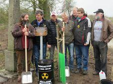 Die Anwohner pflanzen einen Lebensbaum (Foto: Archiv der Gemeinde Chanovice)