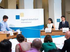 """Denisa Ivanovová, Jáchym Hanák, Jana Nguyenová und Marek Říčánek (Foto: David Brunner, Archiv von """"Jugend debattiert"""")"""