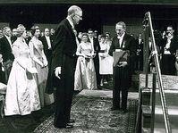 Ярослав Гейровский (справа) получил Нобелевскую премию из рук короля Швеции Густава Шестого