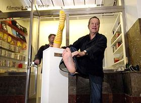 Terry Gilliam inaugurant le magasin 'Les chaussettes de Terry' en 2005, photo: CTK