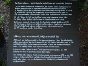 Gedenktafel auf dem Garten der Prager Botschaft der Bundesrepublik (Foto: VitVit, Wikimedia Commons, CC BY-SA 3.0)